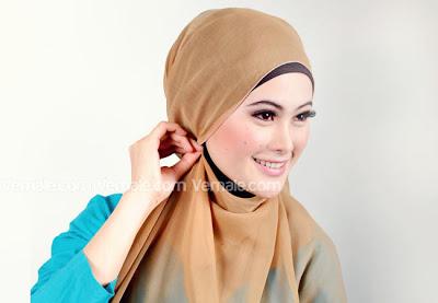 Cara memakai jilbab segi empat4
