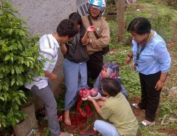 gara gara pergaulan bebas siswi ini melahirkan di kebun
