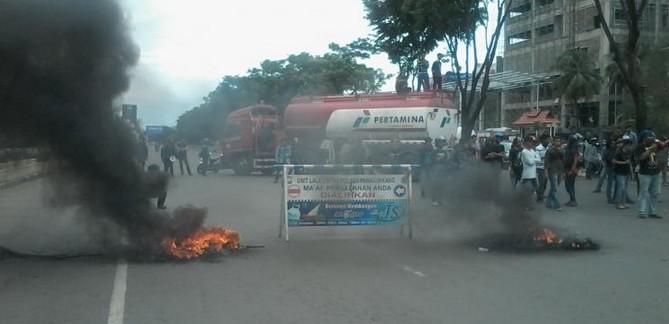 Mahasiswa Makassar Memblokade Jalan Pettarini