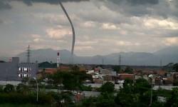 Angin Puting Beliung Bandung Rusak Ratusan Rumah Warga dan Rumah Peribadatan